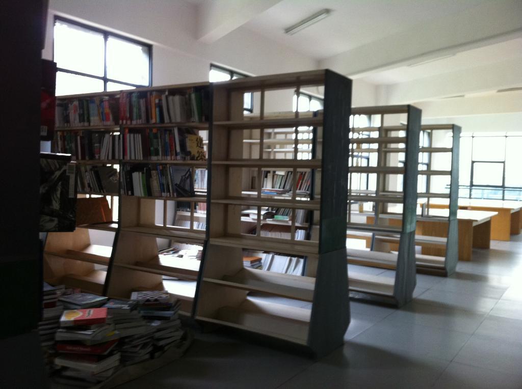 """""""物尽其用""""木质旧书架受老师欢迎"""